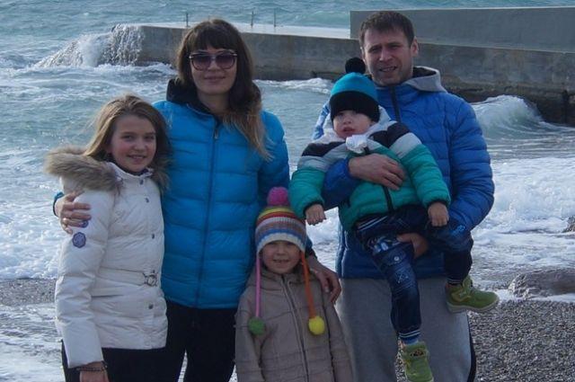 Денис Старков с женой Ларисой и детьми.