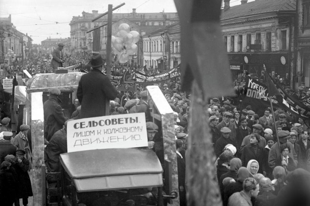 Демонстрация в день празднования XI годовщины Октября. 7 ноября 1928 года.