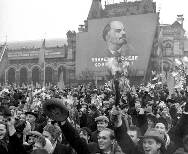 Во время демонстрации трудящихся на Красной площади в день празднования 43-ей годовщины Великой Октябрьской Социалистической революции. 7 ноября 1960 года.