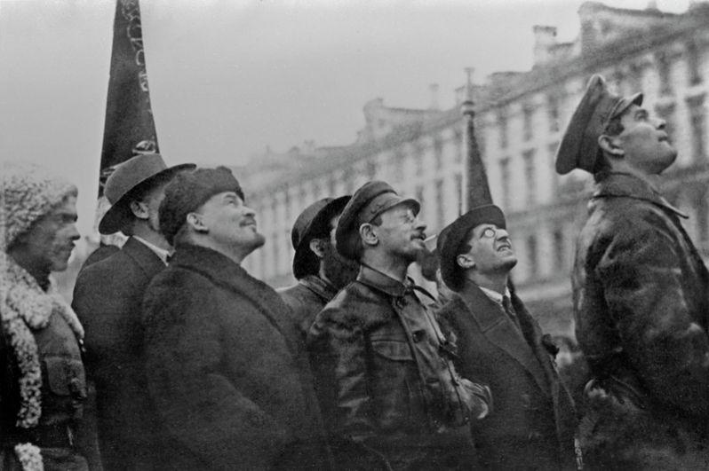 Владимир Ильич Ленин и Яков Свердлов у памятника Карлу Марксу и Фридриху Энгельсу на площади Революции, 7 ноября 1918 года.
