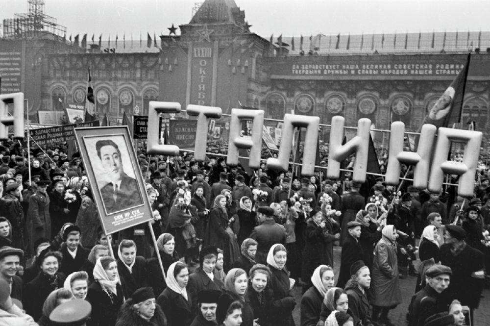 Праздничная демонстрация трудящихся на Красной площади 7 ноября 1950 года.
