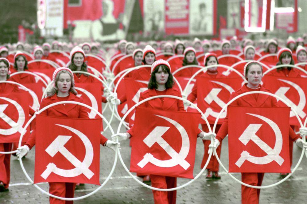 Физкультурники на Красной площади во время празднования 58-й годовщины Великой Октябрьской социалистической революции. 7 ноября 1975 года.