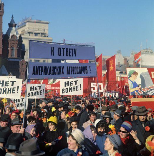 Демонстрация трудящихся на Манежной площади. 7 ноября 1967 года.