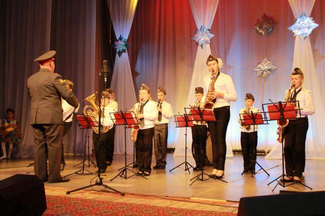 В фестивале участвуют оркестры.