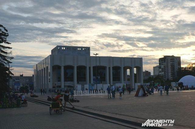 Чаще всего Пермь ассоциируется с речными круизами и театрами.