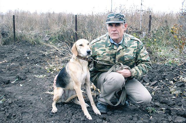 Игорь Безымянников с гончей Тропкой после состязаний в городе Уфалей Челябинской области