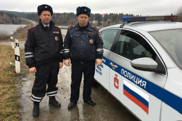 Инспекторы ДПС первыми пришли на помощь рыбакам.