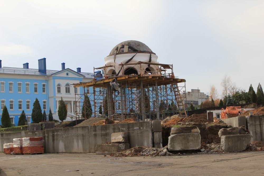 На территории монастыря строится часовня.