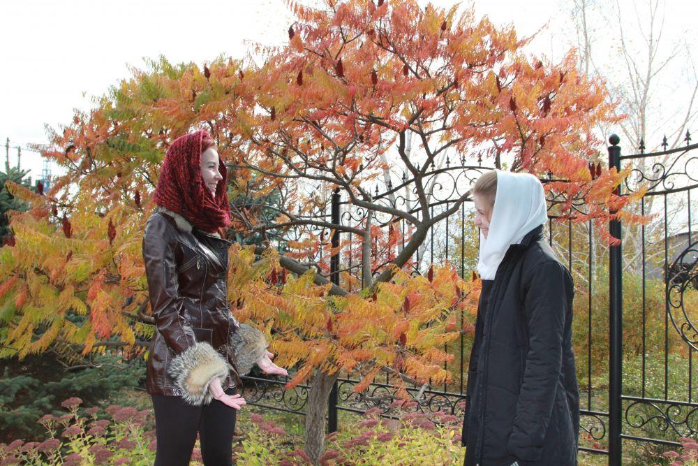 Монахини общаются с прихожанами и даже фотографируются с туристами.