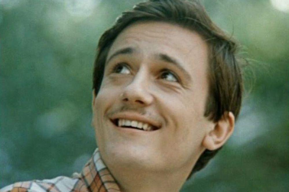 Когда Меньшиков учился на последнем курсе театрального училища, режиссёр Михаил Козаков пригласил его на роль Костика в картине «Покровские ворота» (1982). Эта роль принесла актёру популярность и любовь зрителей.