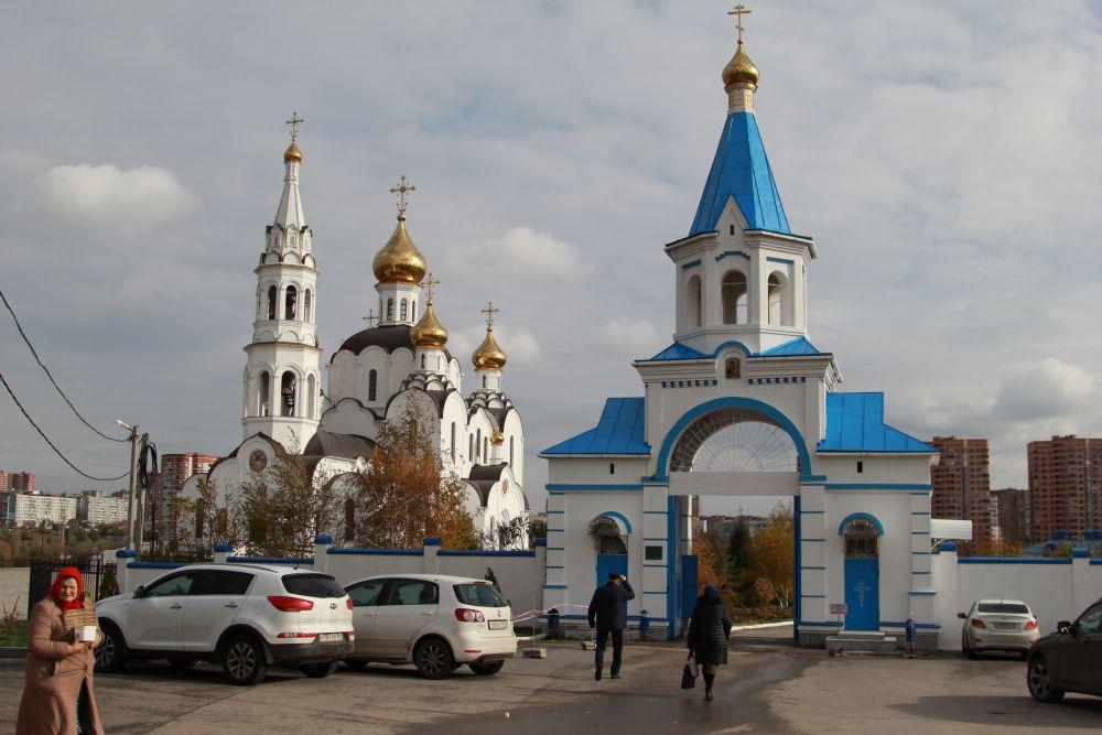 Вход сюда свободный и в церковные праздники здесь многолюдно. Посещают это место, как паломники, так и простые люди.
