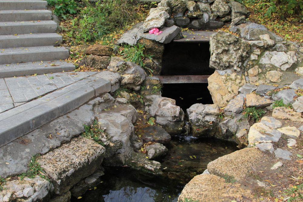 Если спуститься вниз, то будет Святой источник воды. Заботами сестёр он восстановлен и приведен в порядок,  доступ к нему свободен. Температура воды постоянно тут держится 12 градусов.