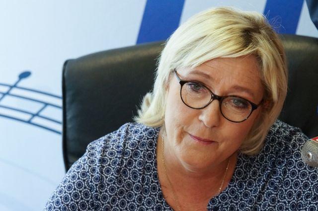 Ле Пен лишена депутатской неприкосновенности