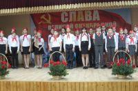 Пионеры из трёх школ Труновского района сделали импровизированное представление об Октябрьской революции и победах советского народа.