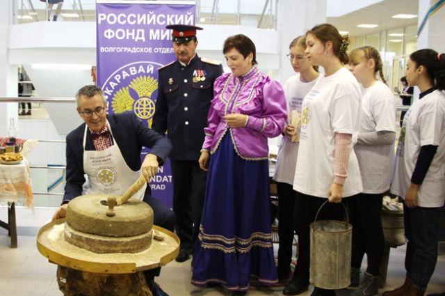 Один из этапов акции - помол иностранными делегациями зерна из разных уголков мира.