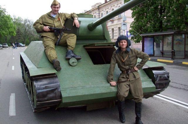 Дмитрий Девятов (справа) в форме военных лет и его танк, переделанный из вазовской «четвёрки».