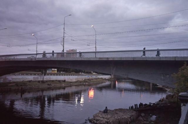 Сейчас идёт ремонт Юбилейного моста через реку Омь.