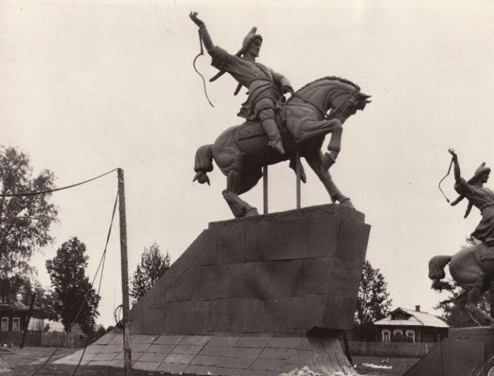 Модели памятника Салавату Юлаеву на площади перед мастерской в Ахтырке.