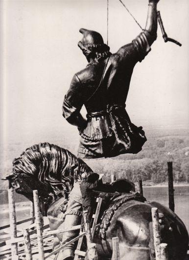 Монтаж памятника в Уфе.