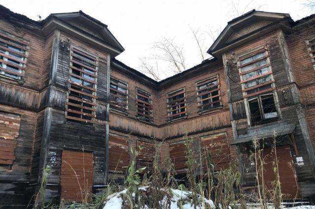 Вот так выглядит Дом Пикуля, а мог бы привлекать внимание туристов, а не бомжей и наркоманов.
