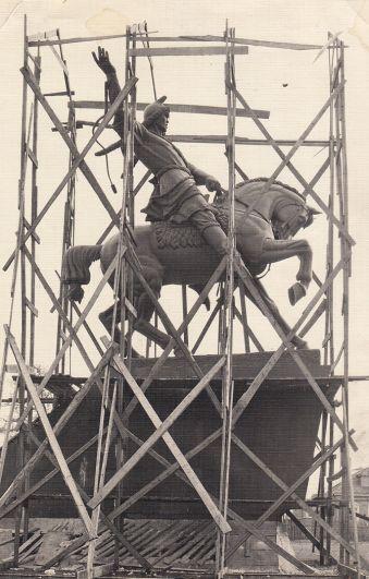 Модель памятника Салавату Юлаеву на площади перед мастерской в Ахтырке.