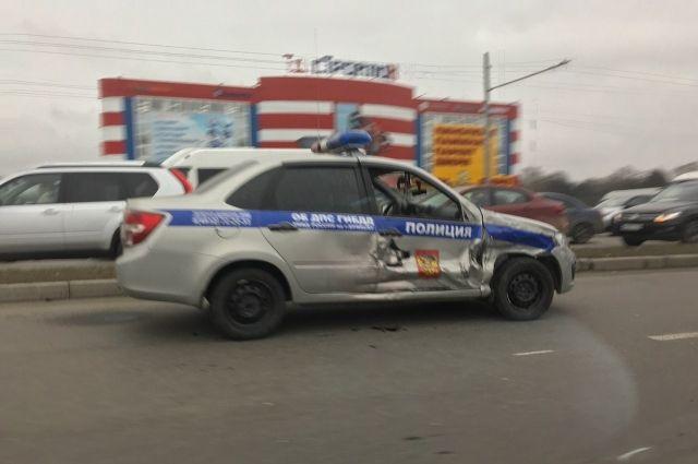 НаМосковском проспекте вБрянске кроссовер влетел вмашину ДПС