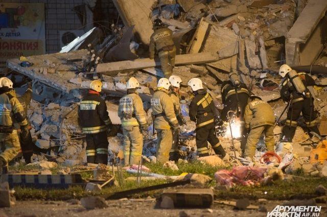 Спасатели продолжают работу с завалами