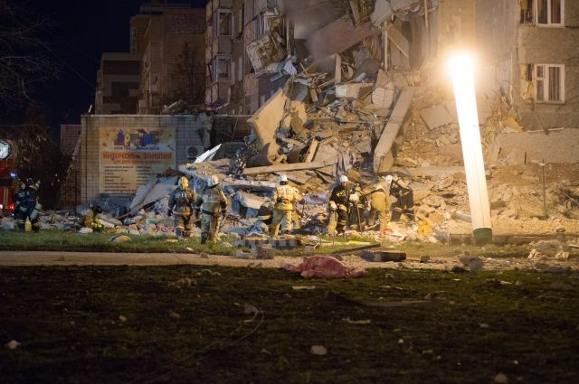 Разбор завалов на месте обрушения части жилого дома продолжается.