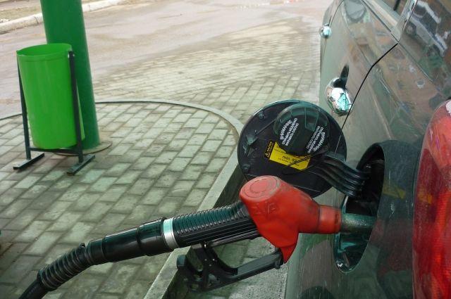 Цена на бензин АИ-95 и выше за отчётный период увеличилась на 2 рубля и 22 копейки за литр.