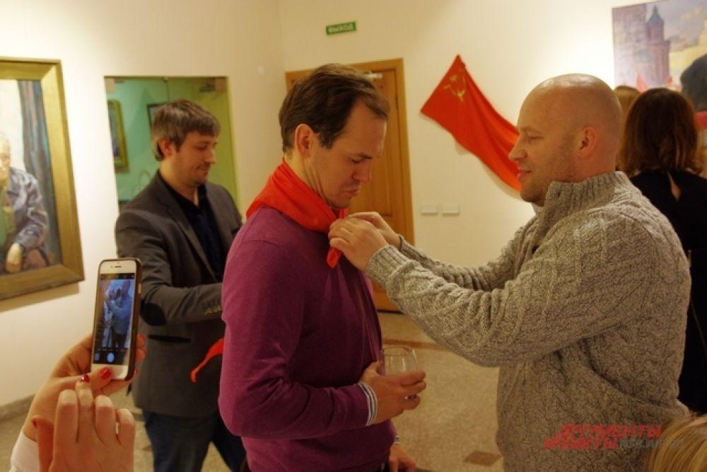 На входе гостям повязывали красные пионерские галстуки – символ ушедшей эпохи