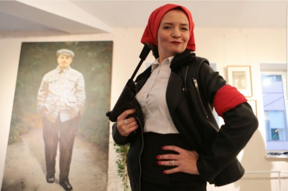 Хозяйка галереи, Кузнецова Ирина Игоревна предстала в образе бравой коммунистки.