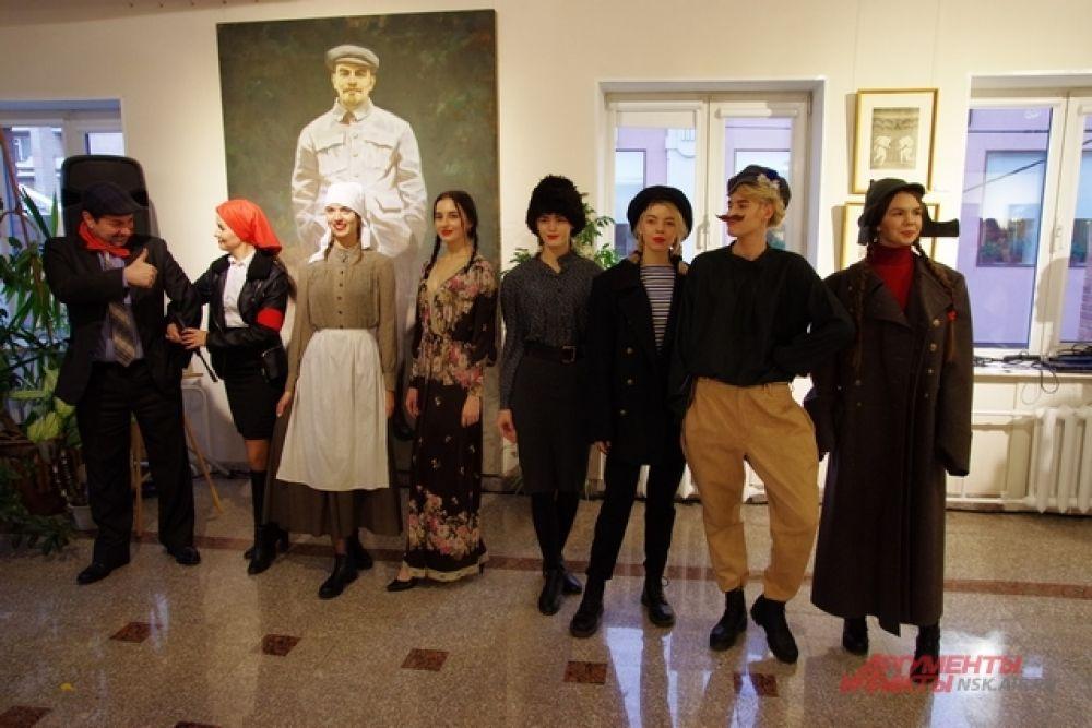 На мероприятии прошел показ мод, модели представили одежду той эпохи.