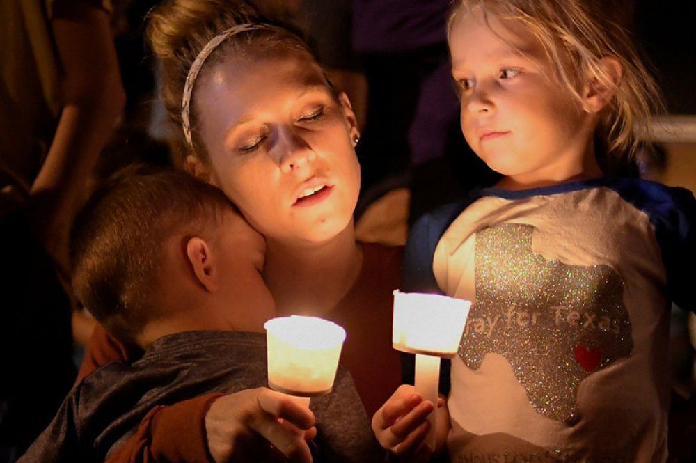5 ноября. Жители Сазерленд-Спрингс в штате Техас во время поминальной службы по жертвам массового расстрела, произошедшего накануне. Бывший военный Девин Патрик Келли подошёл к баптистской церкви и открыл по находившимся там людям огонь. Погибли 26 человек.
