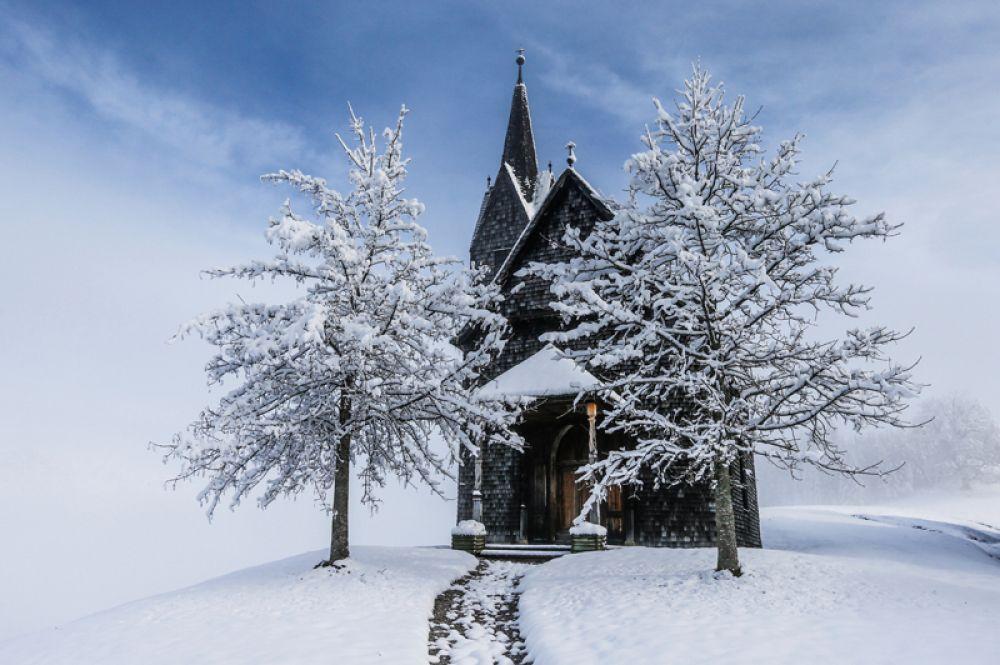 7 ноября. Заснеженная часовня после первого снегопада в австрийской деревне Тульфес.
