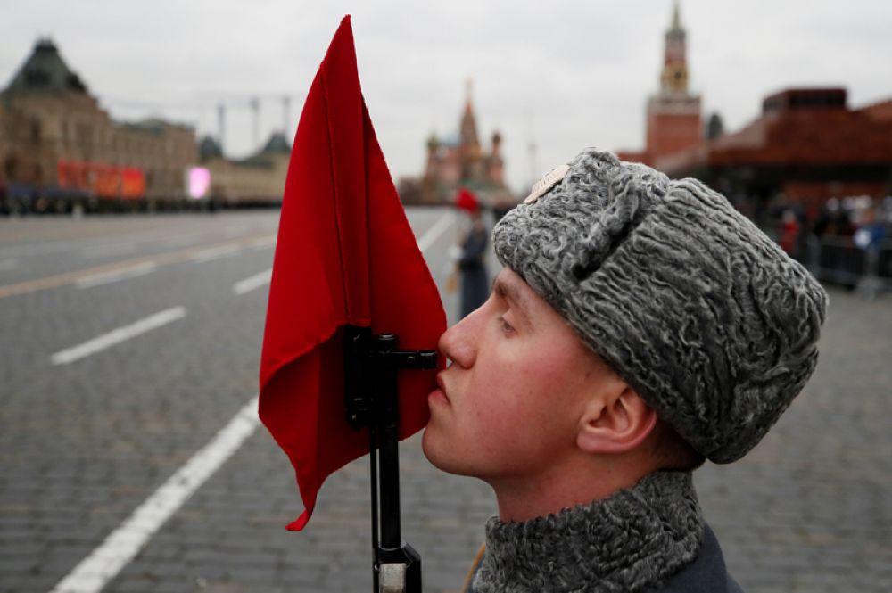 7 ноября. На Красной площади в Москве сегодня проходит торжественный марш, посвящённый годовщине военного парада 1941 года, сразу после которого его участники отправились на фронт.