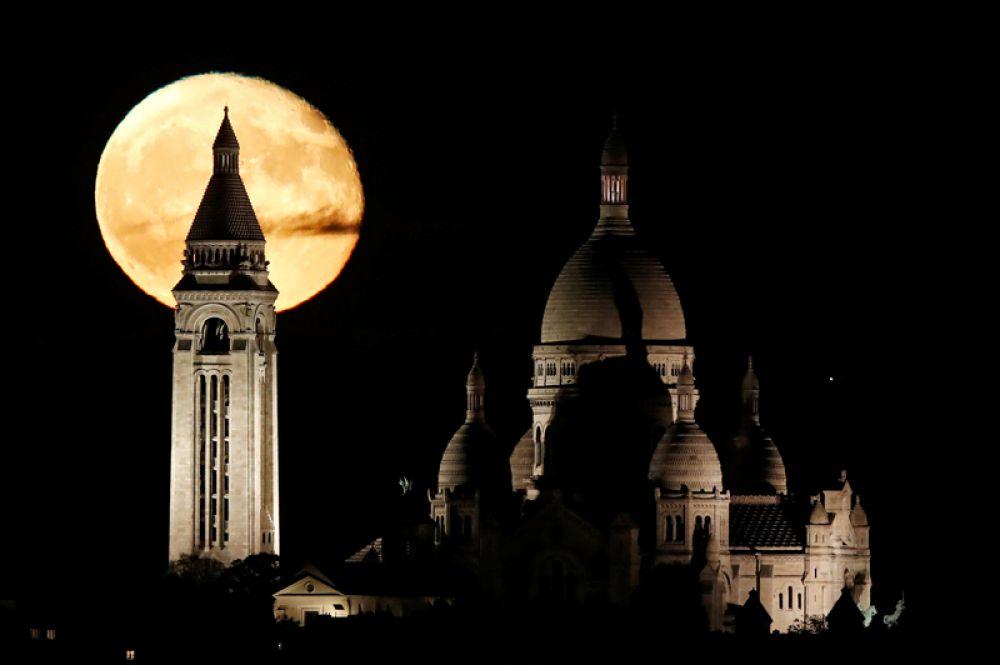5 ноября. Полная луна над базиликой Сакре-Кёр на Монмартре в Париже, Франция.
