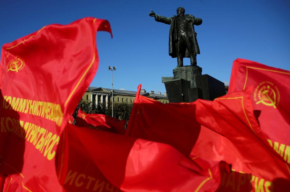 7 ноября. Митинг сторонников коммунистической партии России в годовщину Октябрьской революции в Санкт-Петербурге.
