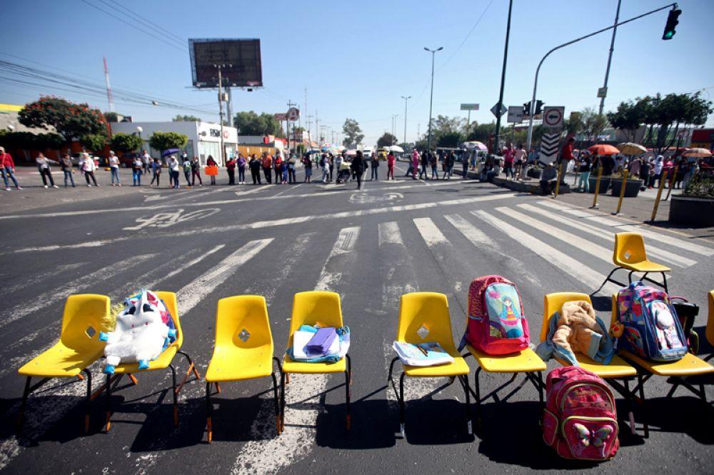 7 ноября. Студенты и преподаватели Мехико приняли участие в демонстрации, обратившись к властям с требованием восстановить школы после землетрясения 19 сентября в Мексике.