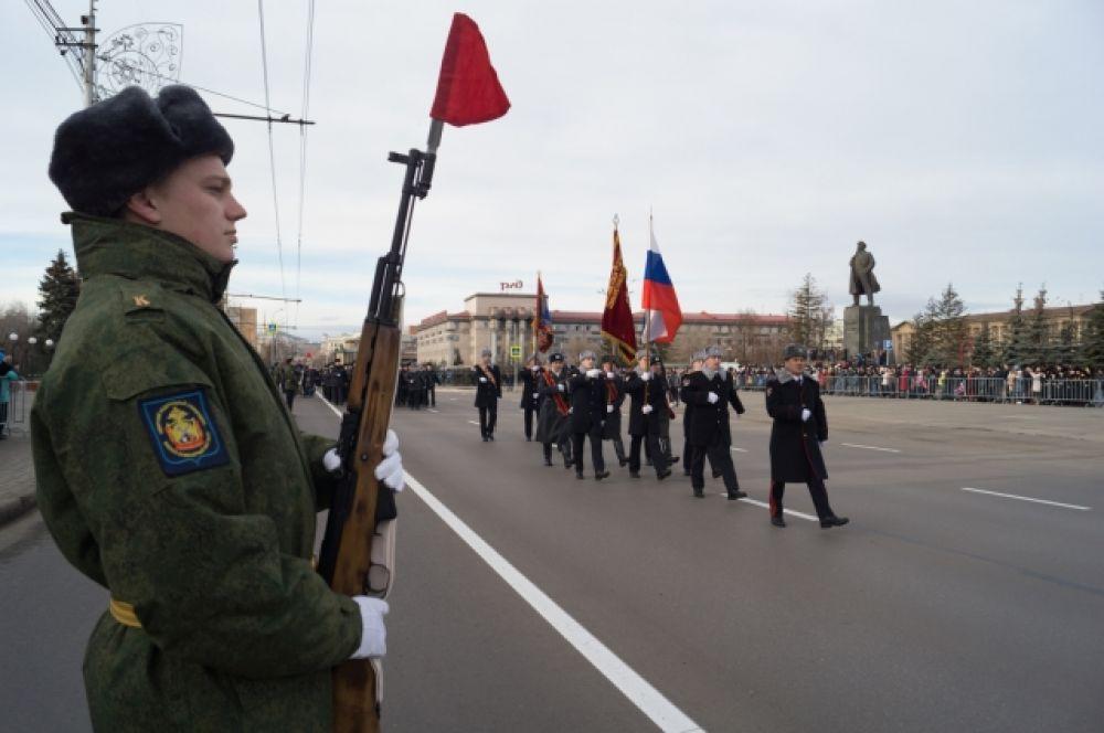 Впервые за долгие годы перед трибунами одновременно пронесли знамена советской милиции и полиции Красноярского края.