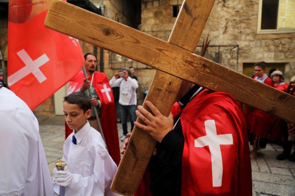 8 ноября. Туристы из Польши несут деревянный крест во время шествия в Старом городе Иерусалима.