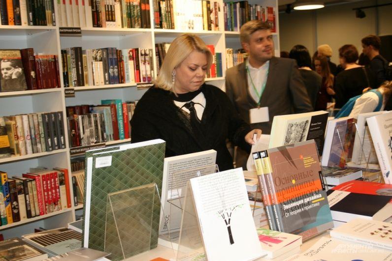 В постановке «Лесная история» задействована Яна Поплавская. В свободное от репетиций и спектакля время актриса интересовалась новинками литературы в книжном магазине.