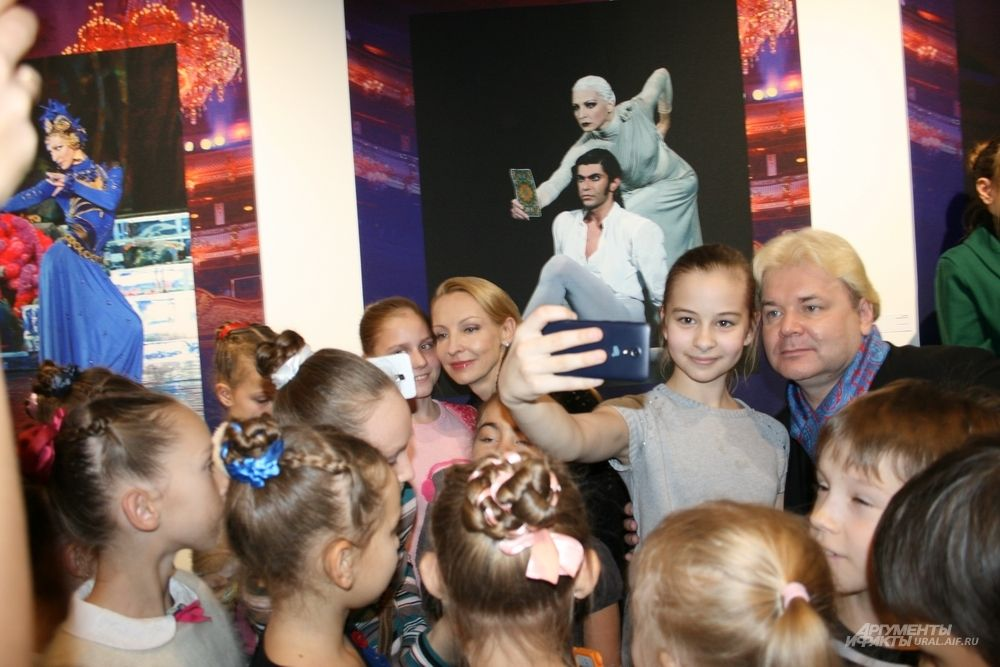 Сфотографироваться со звездами балета – честь для юных танцоров.