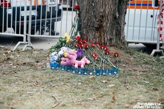 К месту трагедии люди несут цветы.