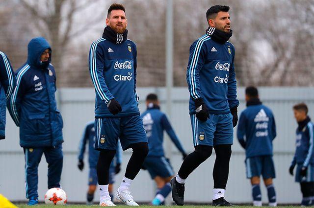 Лионель Месси (слева) и Серхио Агуэро на тренировке команды перед матчем против сборной России.