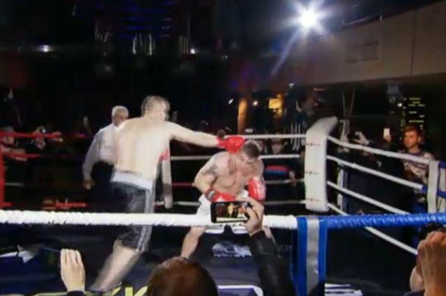 Роману Четину (справа) чаще приходилось оборонятся от ударов более крупного Александра Орлова (справа).