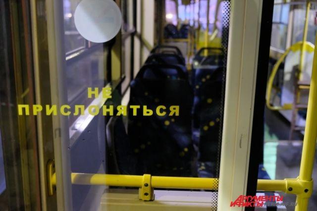 ВПетербурге сошедший срельсов трамвай «снес» три легковушки