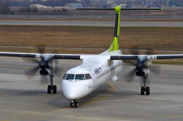 В аэропорту Белфаста самолет приземлился без передней стойки шасси