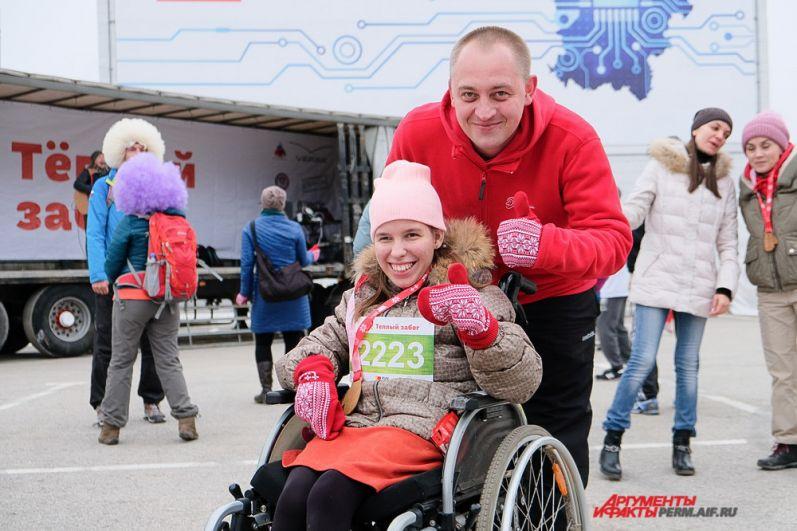 Учредитель фонда «Дедморозим» Дмитрий Жебелев оказывал помощь детям во время акции.