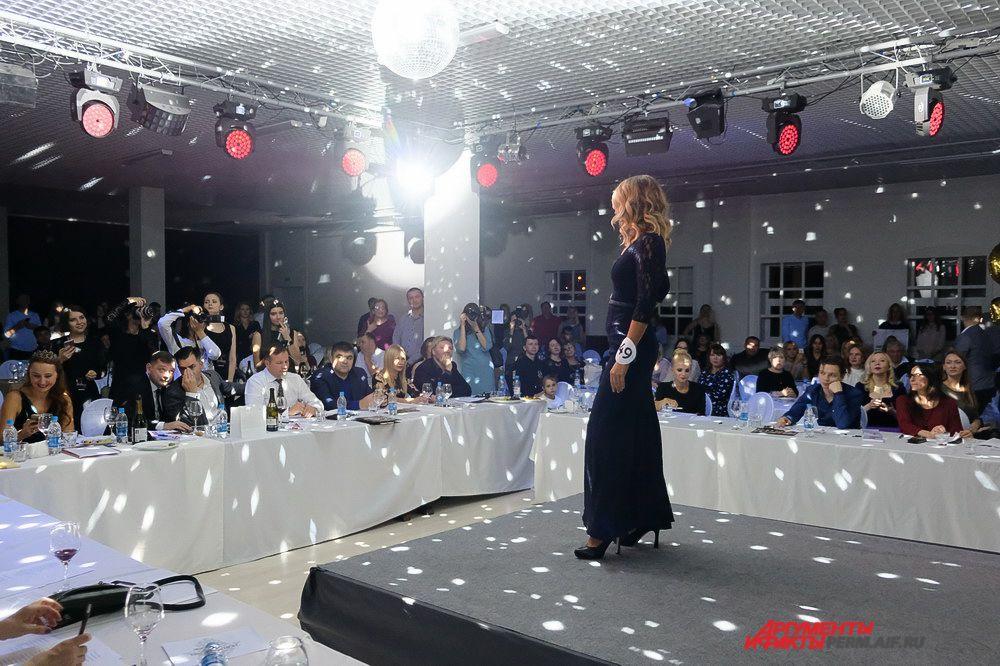 Члены жюри и зрители с восторгом разглядывали наряды девушек.