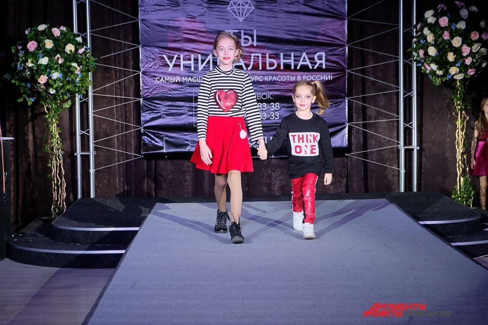 В перерывах между конкурсами юные модели представили коллекцию детской одежды.